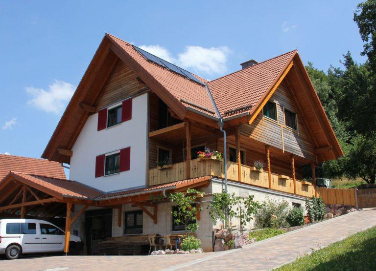 Holzhaus-alpenlaendlicher-Stil-Zimmerei-Wissel-10