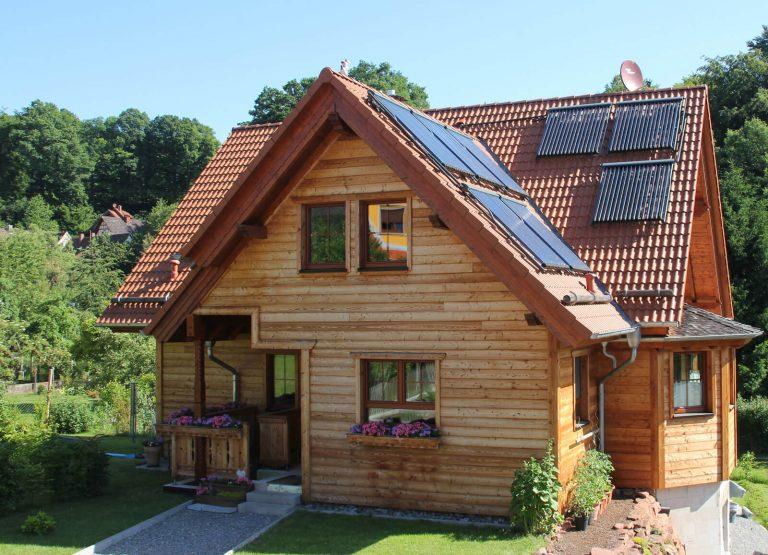 Holzhaus-alpenlaendlicher-Stil-Zimmerei-Wissel-01